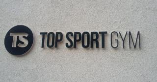 TS Gym - PVC logo na fasádu, detail nápisu na budove