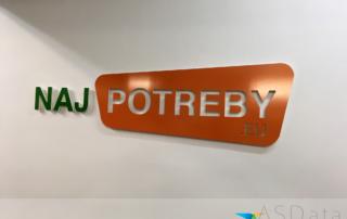 AZ potreby sa menia na NajPotreby.EU, detail na firemné logo na stene