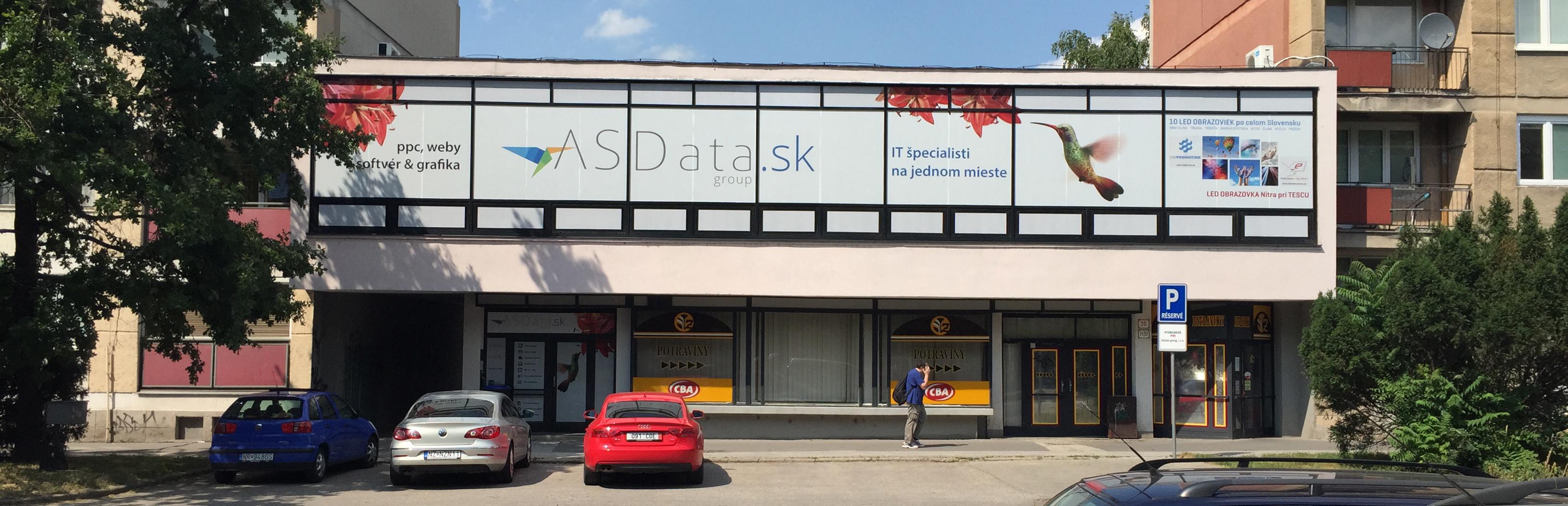 ASData.sk budova s reklamnými polepmi na oknách