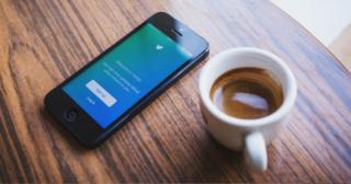 TOP 5 aplikácií pre iOS – Júl 2019 iphone a káva na stole